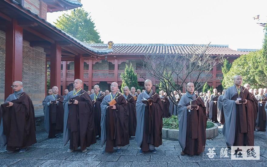 等候登坛(图片来源:菩萨在线 摄影:李金洋)