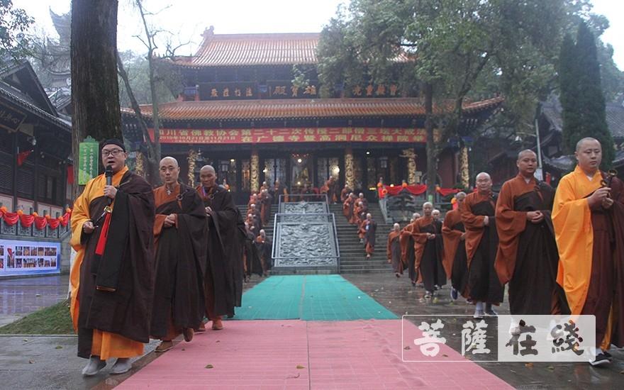 迎请五位尊证师(图片来源:菩萨在线 摄影:王颖)