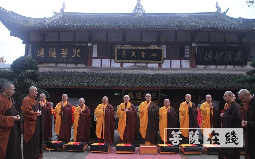 引礼师向七尊证师道喜(图片来源:菩萨在线 摄影:王颖)