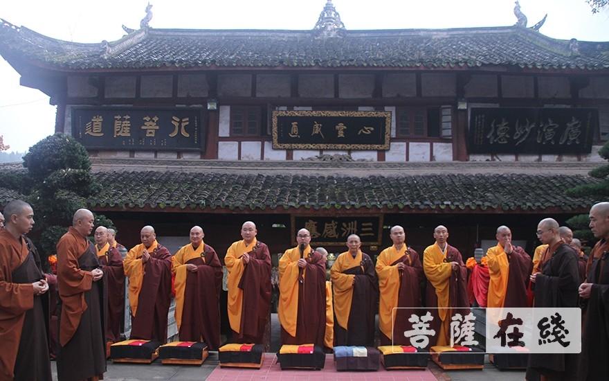 广德寺两序大众向七尊证师道喜(图片来源:菩萨在线 摄影:王颖)