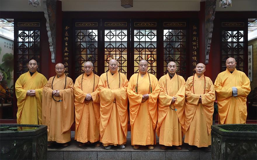 七位尊证阿阇黎向方丈和尚谢职(图片来源:菩萨在线 摄影:王颖)