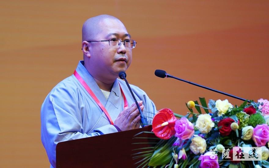 常濟法師登臺演講(圖片來源:菩薩在線 攝影:李蘊雨)