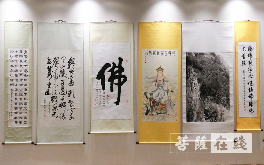 參觀慶祝中華人民共和國成立70周年書畫展(圖片來源:菩薩在線 攝影:李金洋)