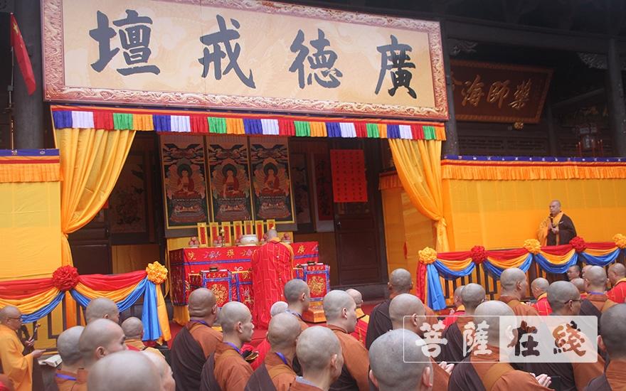 普正大和尚拈香(图片来源:菩萨在线 摄影:王颖)