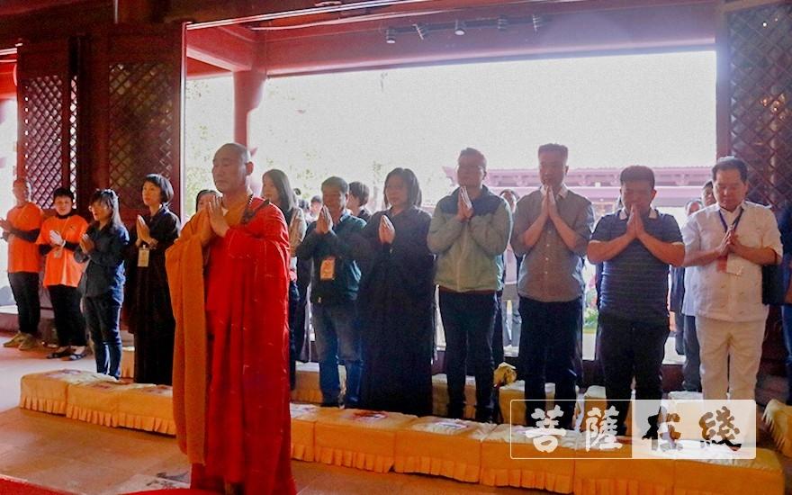 诵经祈福(图片来源:菩萨在线 摄影:张妙)