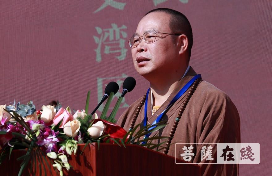 耀智大和尚代表广东省佛教协会、广州市佛教协会致辞(图片来源:菩萨在线 摄影:张妙)