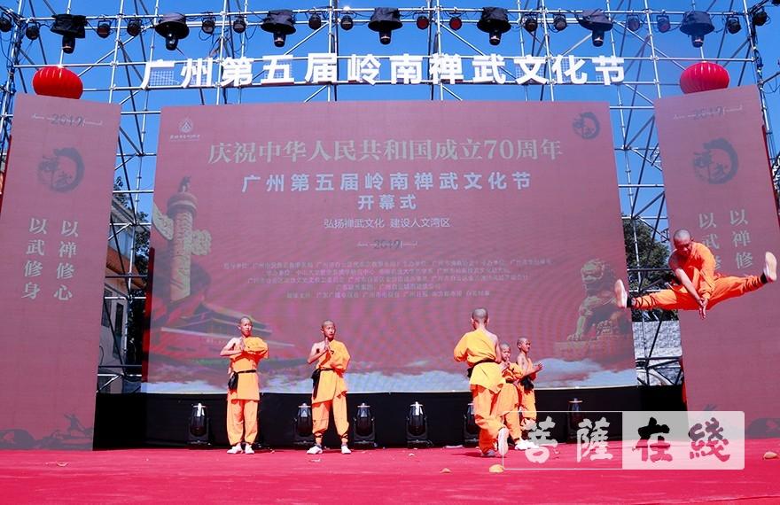武僧带来禅武表演(图片来源:菩萨在线 摄影:张妙)
