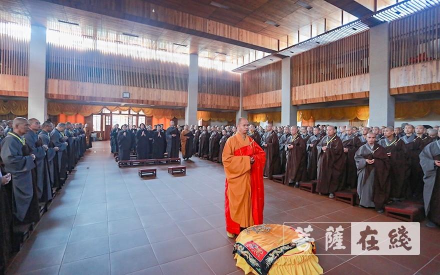 纯闻得戒大和尚主法上供仪式(图片来源:菩萨在线 摄影:唐雪凤)