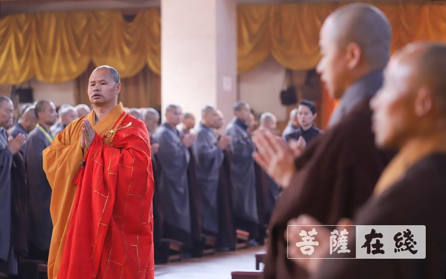 合十唱诵(图片来源:菩萨在线 摄影:卢鹏宇)
