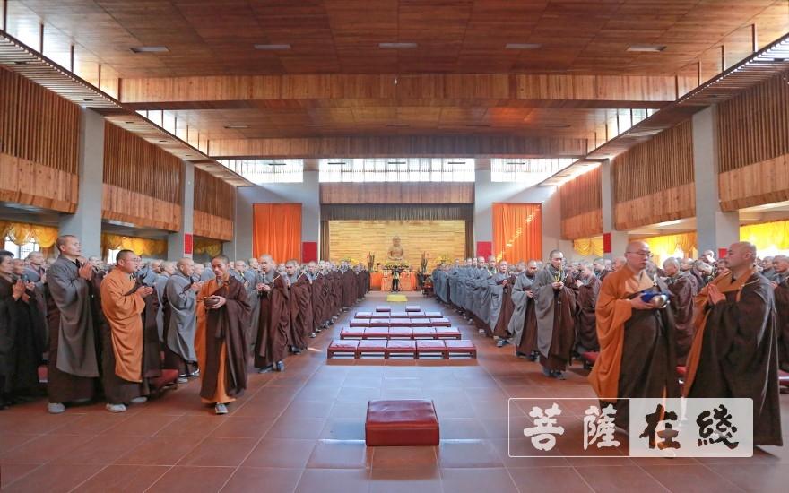 排班前往斋堂(图片来源:菩萨在线 摄影:唐雪凤)