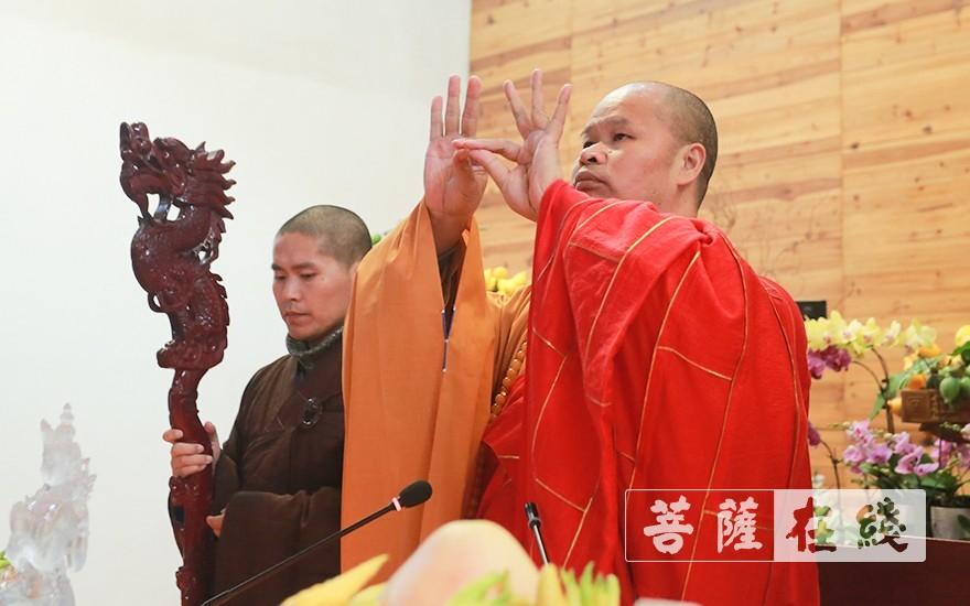 拈香(图片来源:菩萨在线 摄影:唐雪凤)