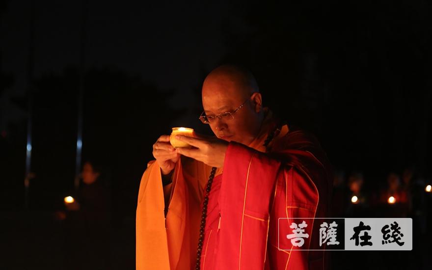 传灯祈福(图品来源:菩萨在线 摄影:贺雪垠)