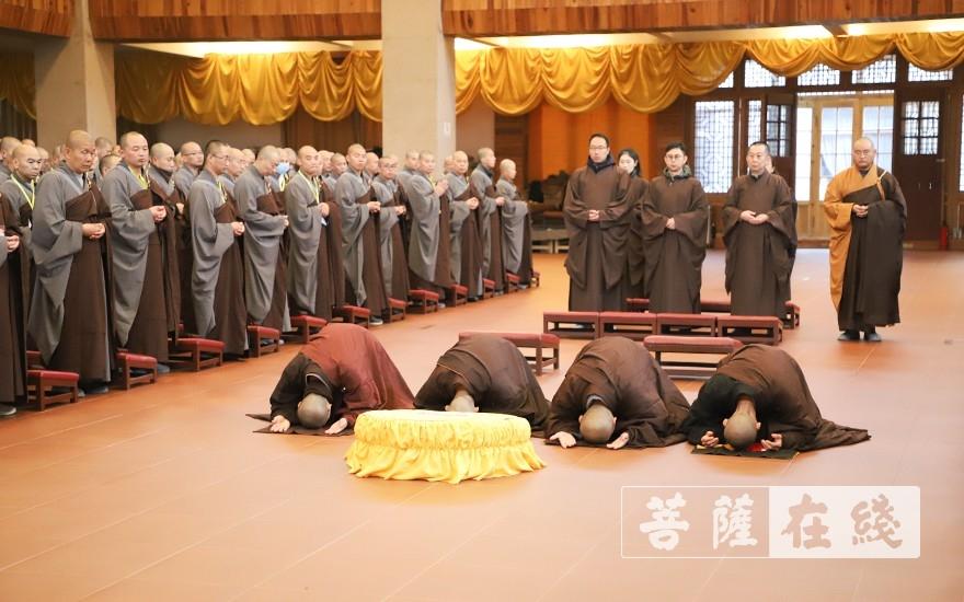 展具礼拜(图片来源:菩萨在线 摄影:唐雪凤)