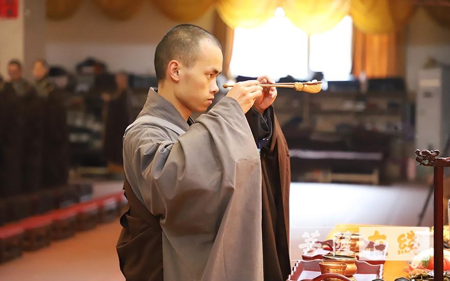 出食(图片来源:菩萨在线 摄影:唐雪凤)