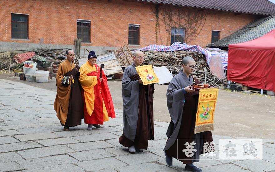 迎请羯磨阿阇黎正智老和尚(图片来源:菩萨在线 摄影:唐雪凤)