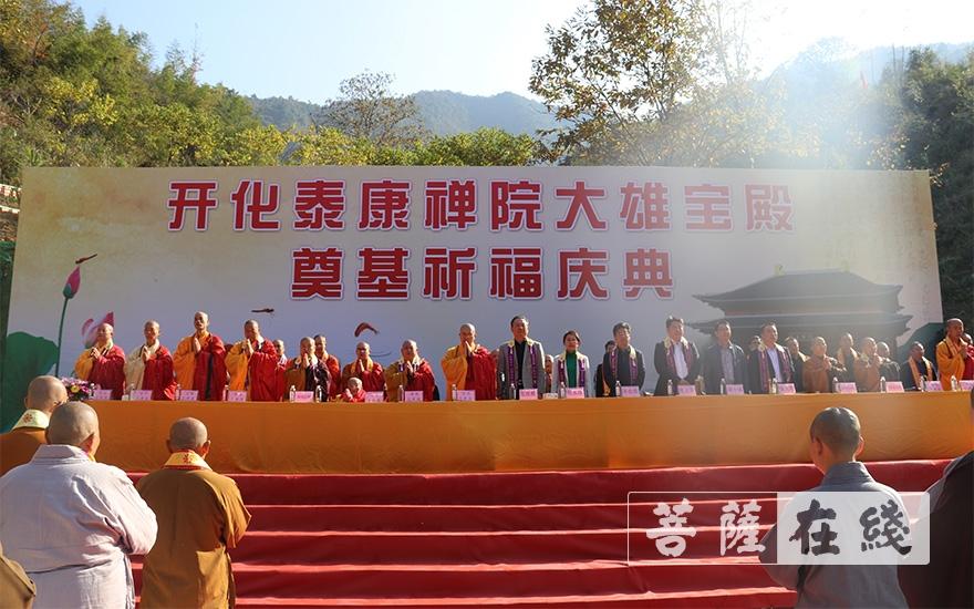 齐唱三宝歌(图片来源:菩萨在线 摄影:王颖)