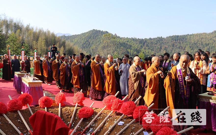 洒净仪式(图片来源:菩萨在线 摄影:王颖)