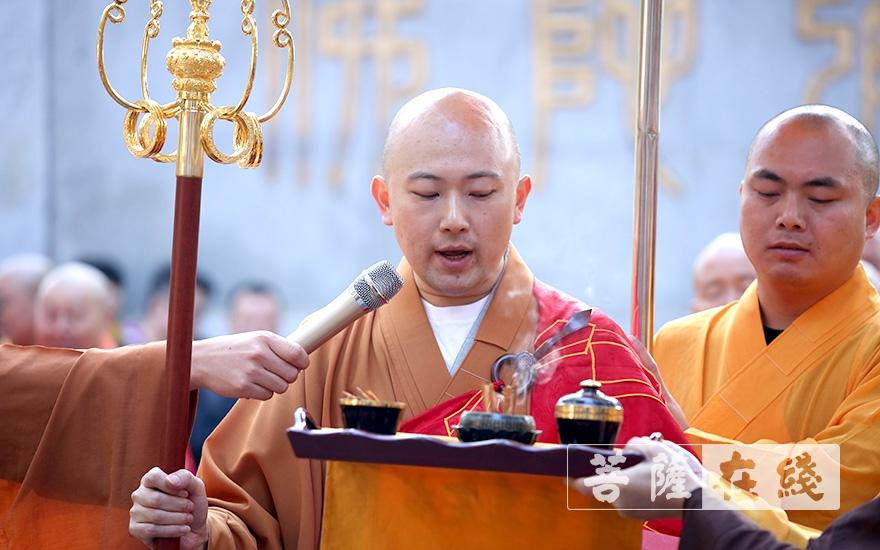 永兴法师于山门振杖说偈(图片来源:菩萨在线 摄影:唐林雪)
