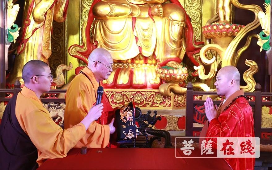 中国佛教协会副会长、湖南省佛教协会会长、长沙古麓山寺法主圣辉大和尚于观音殿为永兴法师送座(图片来源:菩萨在线 摄影:唐林雪)