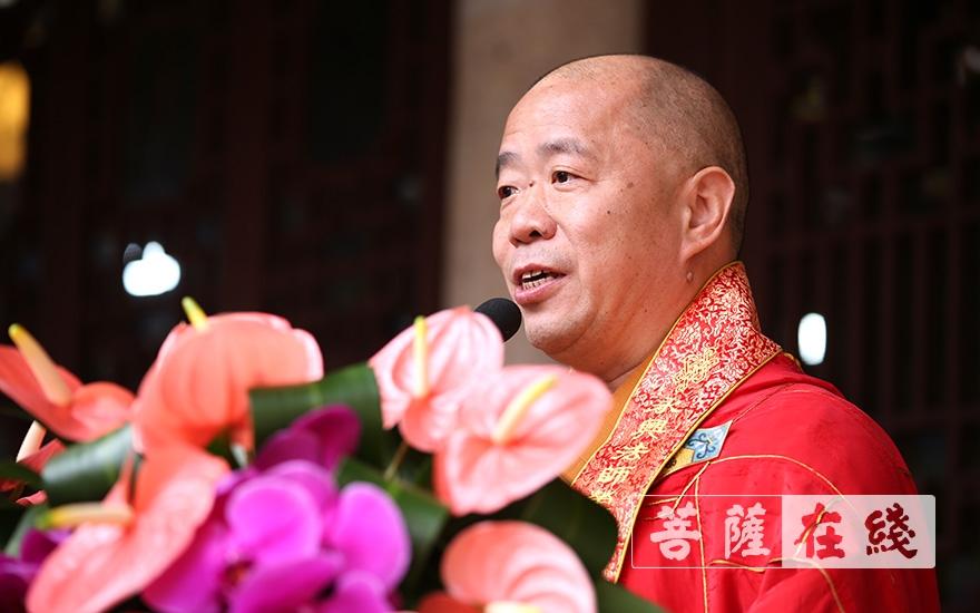 戒晟大和尚代表澳门佛教国际联合会、澳门佛教总会致贺词(图片来源:菩萨在线 摄影:张妙)