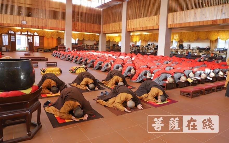 展具跪拜(图片来源:菩萨在线 摄影:唐雪凤)