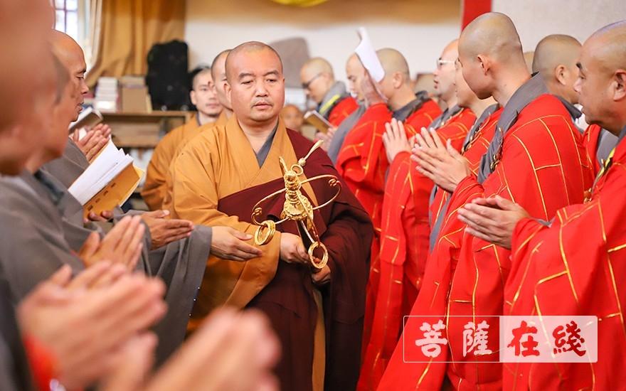 法德律师教持锡杖(图片来源:菩萨在线 摄影:唐雪凤)