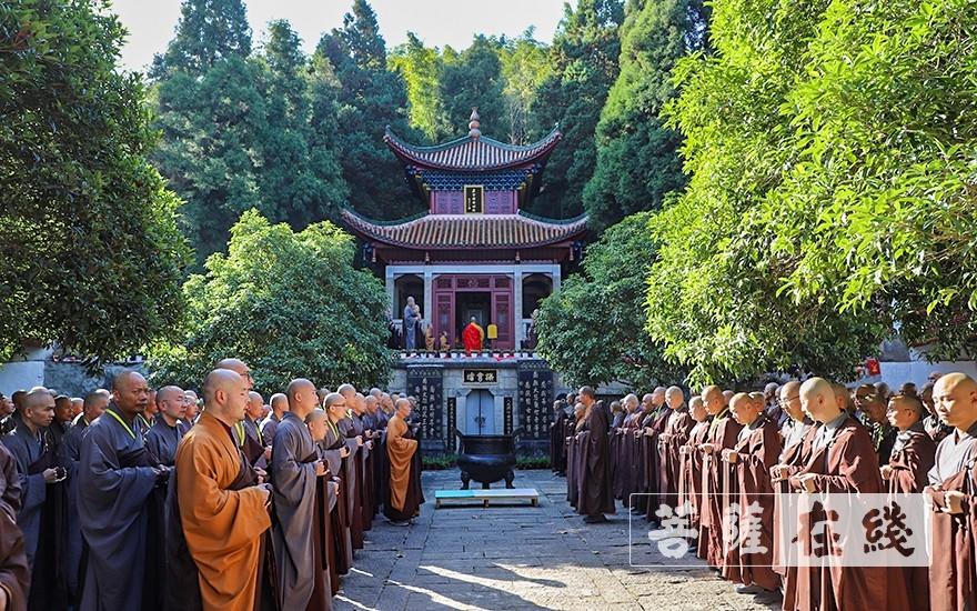 梵唱香赞,称扬佛号(图片来源:菩萨在线 摄影:唐雪凤)
