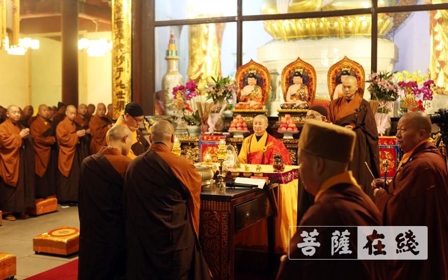 礼请羯磨阿阇梨意寂大和尚(图片来源:菩萨在线 摄影:李蕴雨)