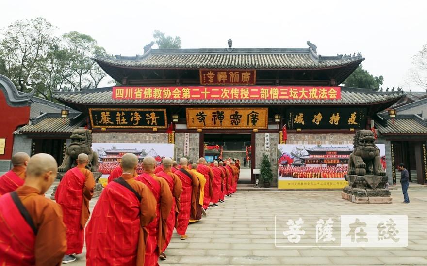 前往大雄宝殿(图片来源:菩萨在线 摄影:李蕴雨)