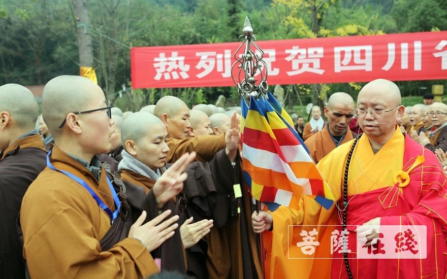 新戒受持锡杖(图片来源:菩萨在线 摄影:李蕴雨)