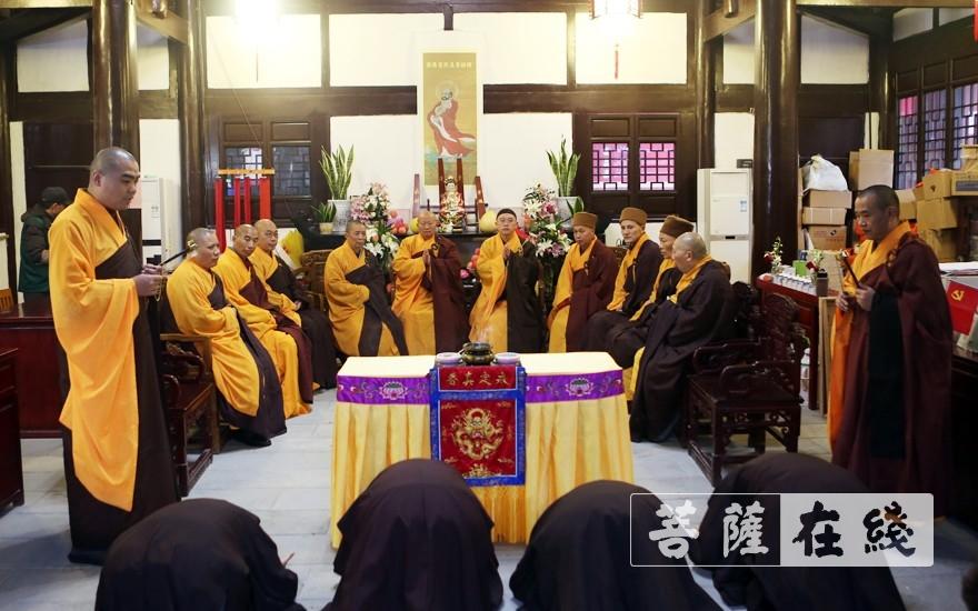 至诚恭迎礼请此次居士菩萨戒的十二位引礼师(图片来源:菩萨在线 摄影:李蕴雨)