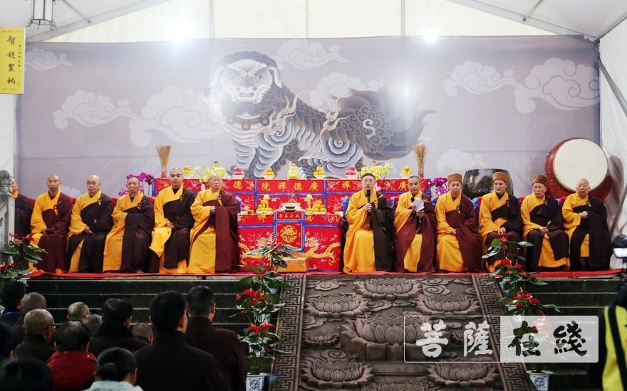 十二位引礼师登座(图片来源:菩萨在线 摄影:李蕴雨)