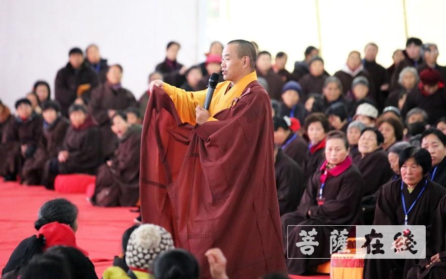教授居士穿袍搭衣(图片来源:菩萨在线 摄影:李蕴雨)