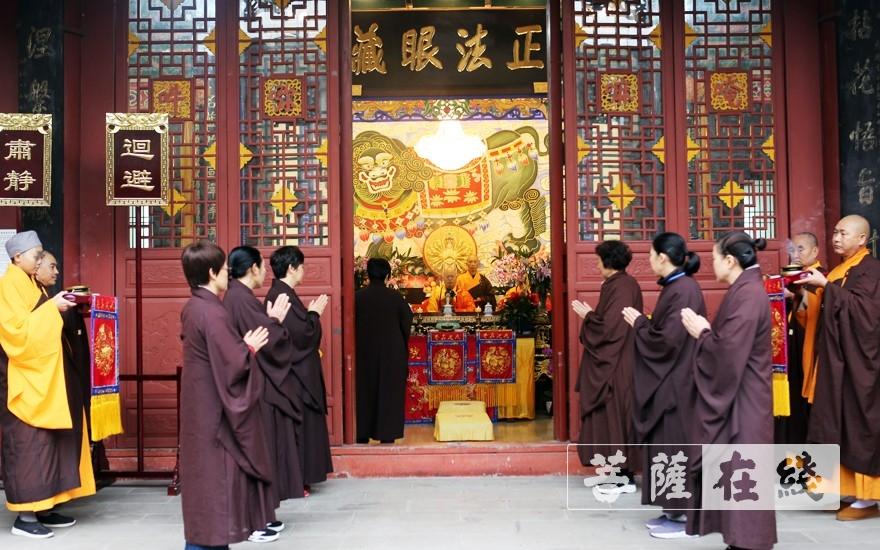 前往法堂恭迎三师(图片来源:菩萨在线 摄影:李蕴雨)