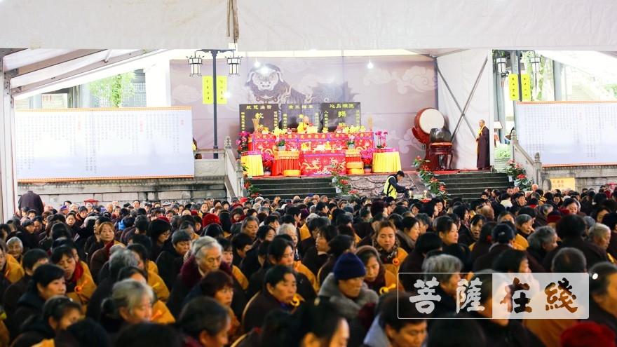 教授阿阇黎隆宣法师为居士开导三皈、五戒要义(图片来源:菩萨在线 摄影:李蕴雨)
