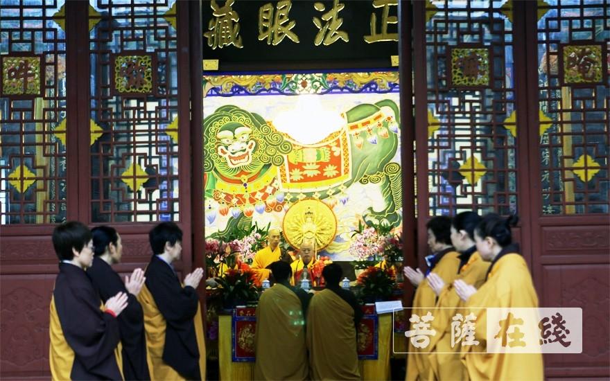 居士代表前往法堂迎请三师(图片来源:菩萨在线 摄影:李蕴雨)