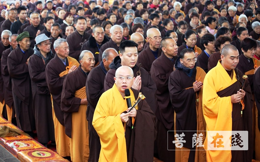 大师父带领唱诵(图片来源:菩萨在线 摄影:李蕴雨)