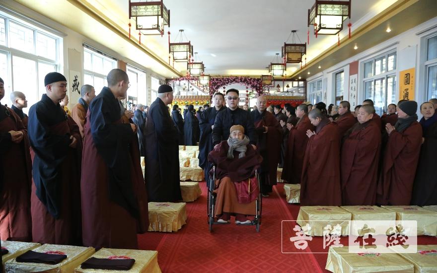 圆山长老出席纪念法会(图片来源:菩萨在线 摄影:王颖)