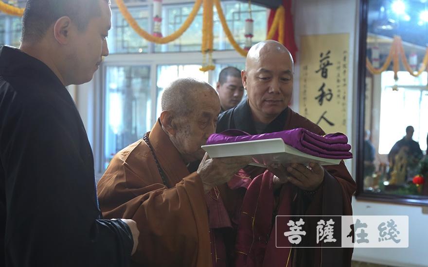 圆山长老上供老和尚祖衣(图片来源:菩萨在线 摄影:王颖)