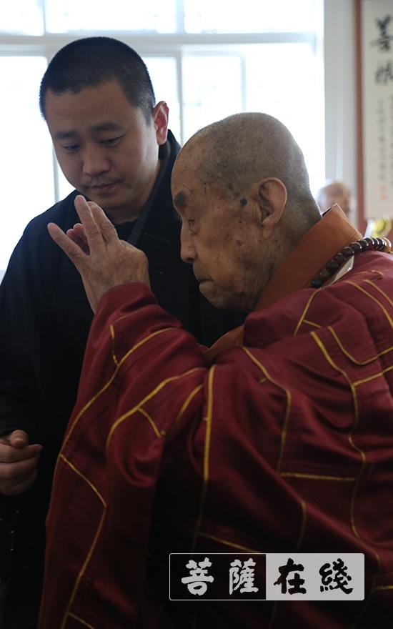 圆山长老拈香礼拜(图片来源:菩萨在线 摄影:王颖)