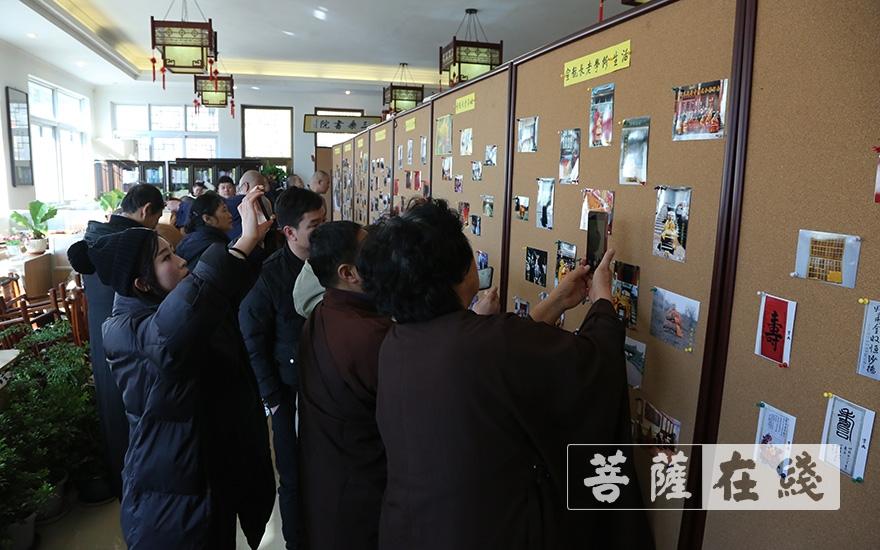 观看老和尚照片展(图片来源:菩萨在线 摄影:王颖)