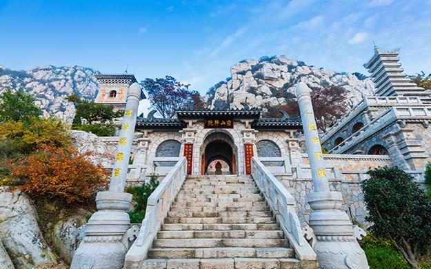 这座禅院,殿堂均以山石砌成