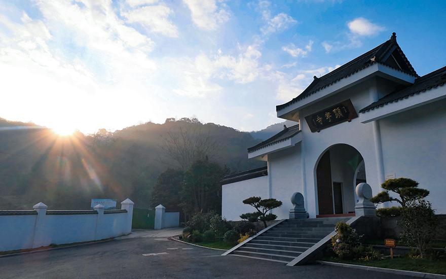 这座寺院隐于半山北麓,曾与灵隐寺齐名